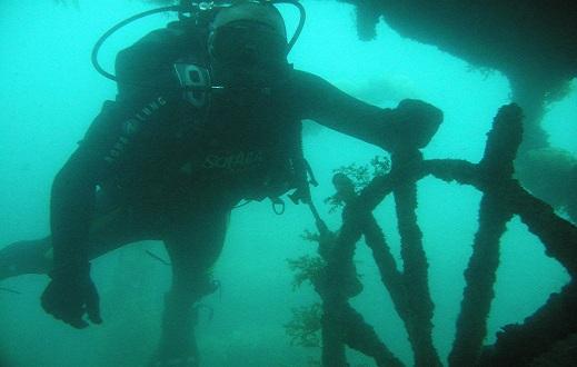 Затонувшая баржа в Ялте.